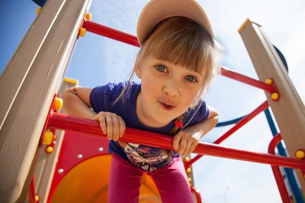 Köp in lekplatsutrustning till trädgården eller parken